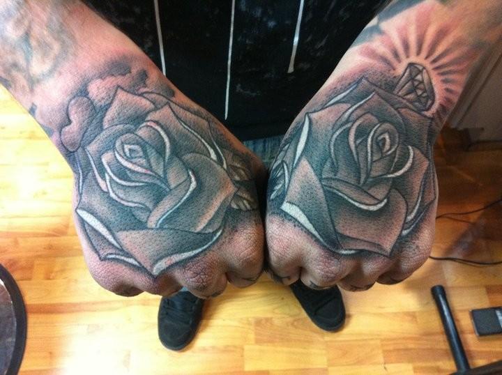 Tattoos - hand full of roses - 53126