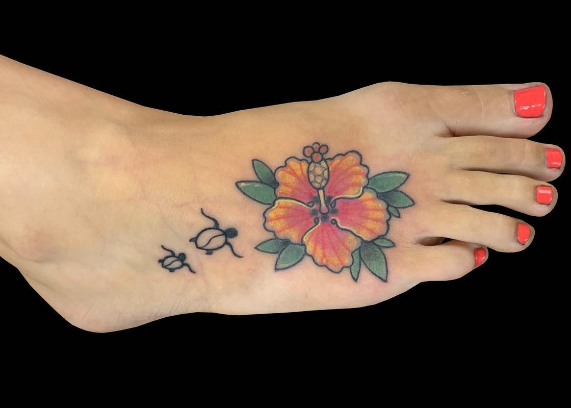 foto de Hibiscus Tattoo On Foot - Best Tattoo Ideas